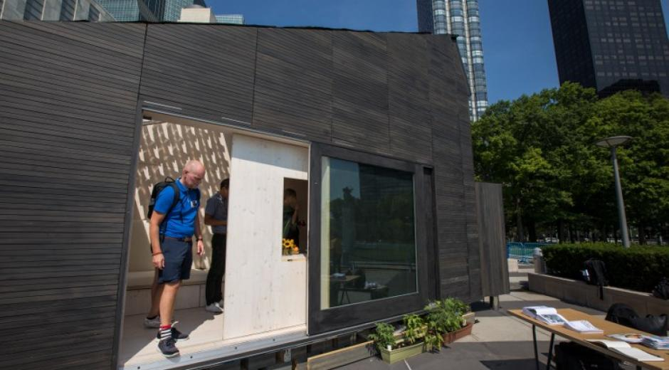 "Photo de l'entrée de la ""tiny house"" à New York, vue de l'extérieur."