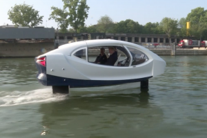 Photo d'un taxi volant sur la Seine à Paris.